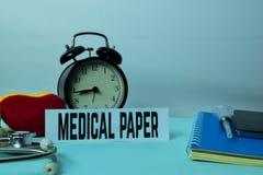 Medicinsk pappers- planläggning på bakgrund av arbetetabellen med kontorstillförsel arkivbild
