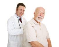 medicinsk patient pensionär för doc Royaltyfria Bilder