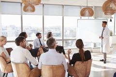 Medicinsk personal för doktor Making Presentation To i sjukhus Royaltyfri Fotografi