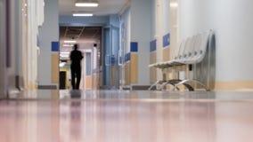 Medicinsk personal på korridoren för klinik` s lager videofilmer