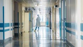 Medicinsk personal på korridoren för sjukhus` s arkivfilmer