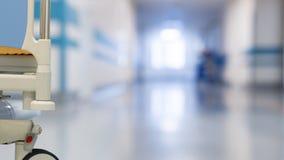 Medicinsk personal på korridoren för sjukhus` s stock video