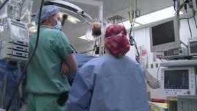 Medicinsk personal som kontrollerar paneler arkivfilmer