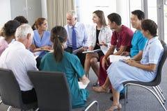 Medicinsk personal som placeras i cirkel på fallmötet Fotografering för Bildbyråer