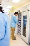 Medicinsk personal som tar fram blodbanken arkivbilder