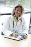 medicinsk professional writing för kvinnlig Royaltyfri Fotografi