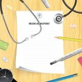 Medicinsk rapport på trätabellen med stetoskopet, blyertspenna, thermom royaltyfria foton