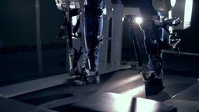 Medicinsk sjukgymnastikmaskin och en manlig patient som använder den för hans ben arkivfilmer