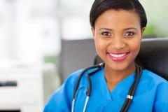 Afrikansk medicinsk sjuksköterska royaltyfri fotografi