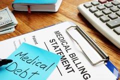 Medicinsk skuld med faktureringsmeddelande med skrivplattan royaltyfri foto