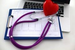 Medicinsk stetoskop och bärbar dator på tabellen Arkivfoton