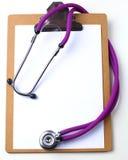 Medicinsk stetoskop och en platta på tabellen Arkivbilder
