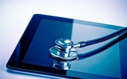 Medicinsk stetoskop på den moderna digitala minnestavlan i laboratorium Arkivfoton