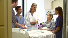 Medicinsk Team Talking To Senior Female patient i sjukhus stock video