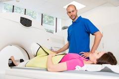 Medicinsk teknisk assistent som förbereder bildläsningen av ryggen med CT Royaltyfri Bild