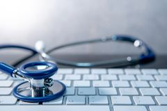 medicinsk teknologi Stetoskop på det vita tangentbordet arkivfoto