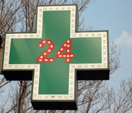 Medicinsk tjugo-fyra-timme apoteksignboard Fotografering för Bildbyråer