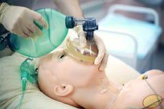 Medicinsk utbildning Använd den Ambu påsen för lungaventilation genom att använda en medicinsk attrapp Medicinsk expertisutbildni royaltyfri foto