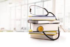 Medicinsk utbildning - bunt av böcker med stetoskopet royaltyfri bild