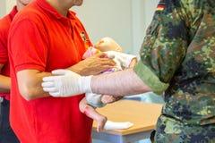 Medicinsk utbildning för tysk ambulansman fotografering för bildbyråer