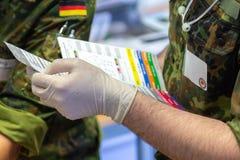 Medicinsk utbildning för tysk ambulansman royaltyfri fotografi