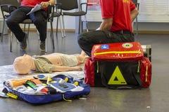 Medicinsk utbildning för tysk ambulansman på en docka arkivfoton