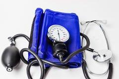 Medicinsk utrustning för blodtryckmeter på vit bakgrund royaltyfria foton