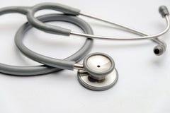 Medicinsk utrustning för grå stetoskop på vit kanfas instrumenterar apparaten för doktor royaltyfri foto