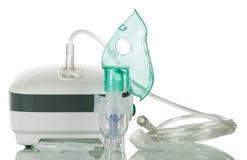 Medicinsk utrustning för inandning, respiratorisk maskering på vit arkivfoto