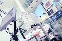 Medicinsk utrustning i förgrunden Royaltyfria Bilder