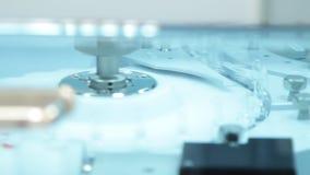 Medicinska ampuller på transportörlinje Farmaceutisk tillverkningslinje på fabriken stock video