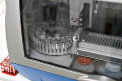 Medicinska apparater för analyserar blod som testas för HJÄLPMEDEL och andra sjukdomar definition av DNA:t Selektivt fokusera Fotografering för Bildbyråer