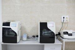 Medicinska apparater för analyserar blod som testas för HJÄLPMEDEL och andra sjukdomar definition av DNA:t Selektivt fokusera Arkivfoto