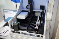 Medicinska apparater för analyserar blod som testas för HJÄLPMEDEL och andra sjukdomar definition av DNA:t Selektivt fokusera Royaltyfri Fotografi