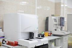 Medicinska apparater för analyserar blod som testas för HJÄLPMEDEL och andra sjukdomar definition av DNA:t Selektivt fokusera Arkivfoton