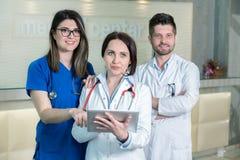 Medicinska arbetare i klinik Arkivfoton