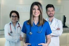 Medicinska arbetare i klinik Arkivbilder