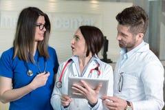 Medicinska arbetare i klinik Fotografering för Bildbyråer