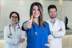 Medicinska arbetare i klinik Arkivbild