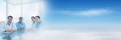 Medicinska doktorer och folk som har ett möte med övergångseffekt för blå himmel fotografering för bildbyråer