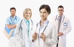 Medicinska doktorer på vit bakgrund, stående arkivbild