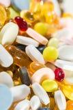 Medicinska droger, preventivpillerar och kapslar i kapslar och minnestavlor Royaltyfri Fotografi