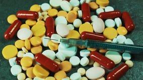 Medicinska förberedelser för behandling Minnestavlor, preventivpillerar och injektionssprutor för injektion Farmaceutisk riktning arkivfilmer