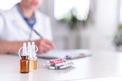 Medicinska förnödenheter på tabellen arkivbilder