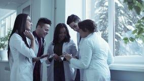 Medicinska högskolestudenter i korridor lager videofilmer