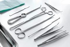 Medicinska instrument för kosmetisk kirurgi på vit tabellbackgrond Arkivbild