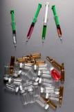Medicinska liten medicinflaska och injektionsspruta Arkivfoto