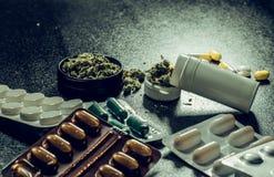 Medicinska marijuanaknoppar i varje första hjälpensats piller och cannabis ligger på en svart bakgrund Sjukvården är en marijuana royaltyfria bilder
