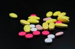 Medicinska minnestavlor som är olika på färg arkivbild