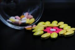 Medicinska minnestavlor som är olika på färg arkivfoton